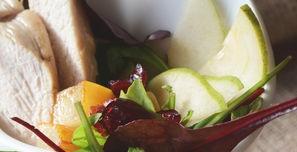 Постный теплый салатик с жареным козьим сыром, курицей, грушей и с лаймовой заправкой