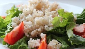 Постный коричневый рис с белым рисом и томатами