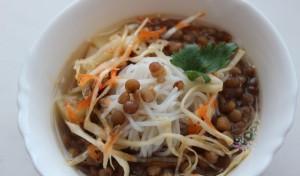 Куски чечевицы с рисовой лапшой
