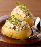 Запеченный картофель с фасолевым салатом и тунцом