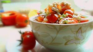 Постный салатик с помидорами, перловой крупой и лимонной заправкой